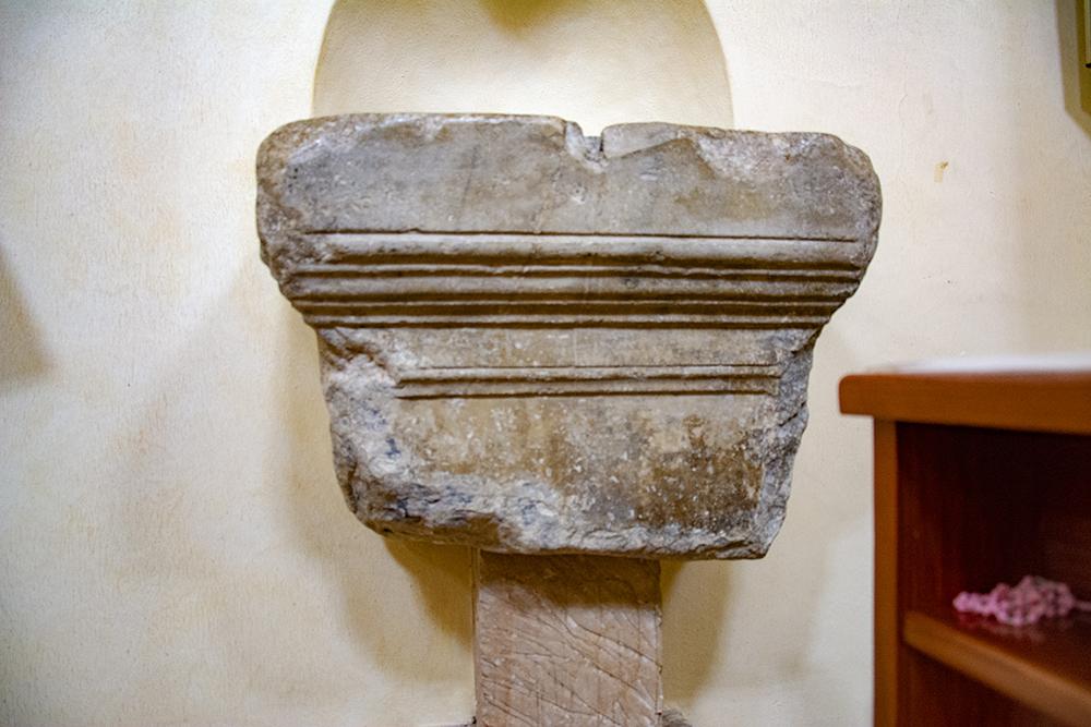 Fonte battesimale in cui venne battezzato il Beato Sante - ricavato da un cippo marmoreo di epoca romana